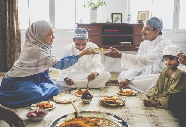 familia musulmana cenando suelo 53876 73545 2 - วัฒนธรรมการกินของคนมุสลิม